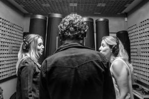 """O trio grava """"Repousar"""" no estúdio Sound Design. Foto: Alexandre Eça"""